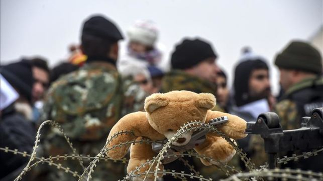 hipotermia-frio-amenazan-refugiados-Balcanes_EDIIMA20151120_0521_21